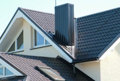 Отделка дымохода на крыше частного дома металлопрофилем