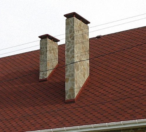 Отделка дымохода на крыше дачи под камень