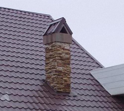 Отделка дымохода на крыше с широким защитным фартуком