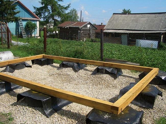 Столбчатый фундамент из покрышек для небольшой легкой постройки на дачном участке