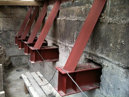 Укрепление фундамента дачи с помощью металлических балок-обвязок