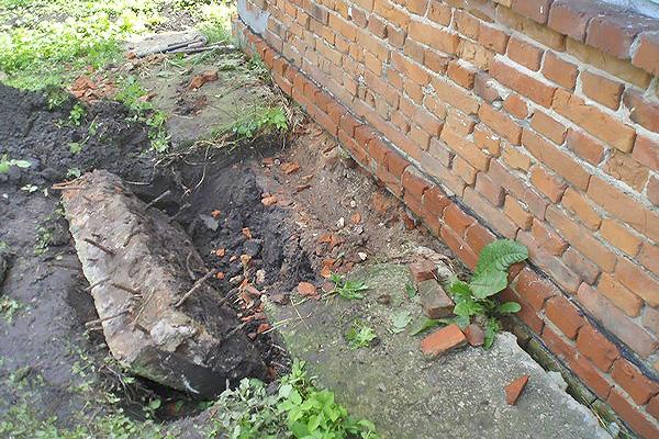 Укрепление фундамента загородного дома из кирпича