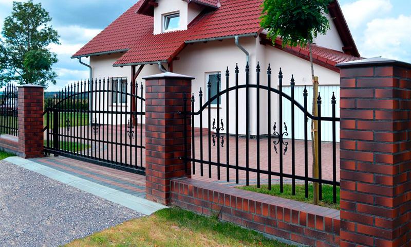 Металлический забор для загородного участка