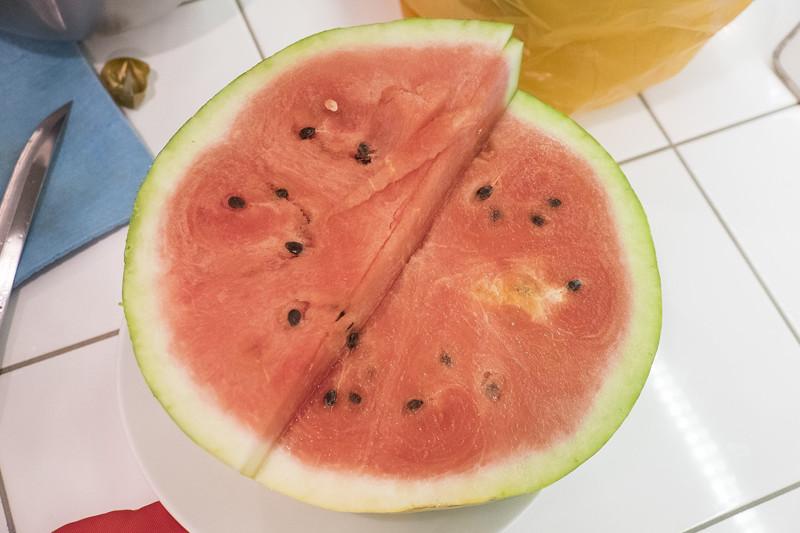 Почему арбуз желтый внутри - опасность такой ягоды