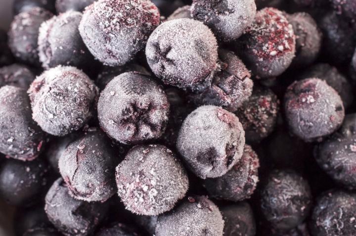 Как сохранить полезные свойства ягод черноплодной рябины зимой