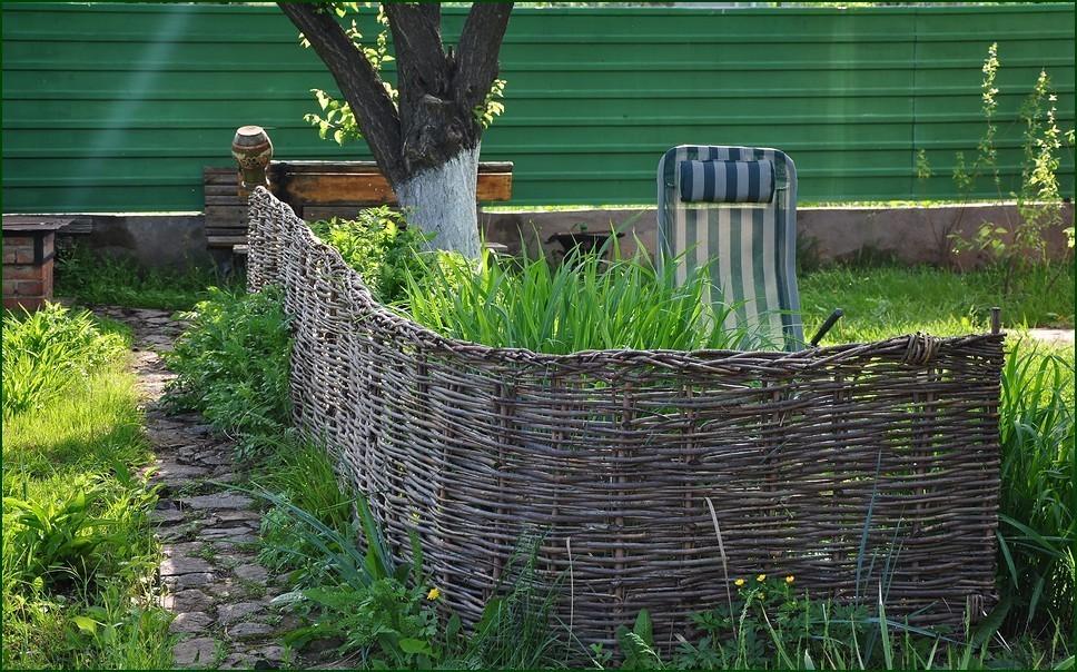 Плетеный забор для декора и защиты дачного участка