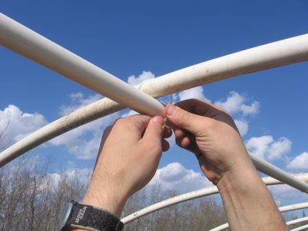 Верхняя обвзяка пластиковых труб
