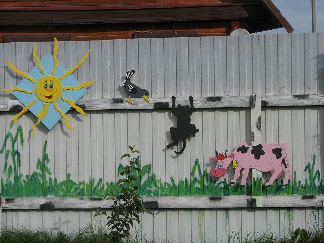 Украсить дачный забор своими руками