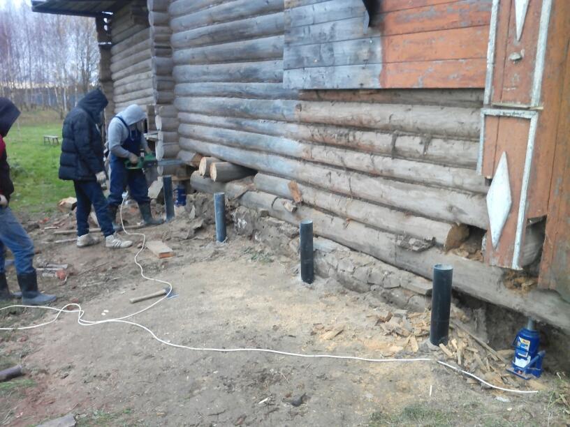 У старого деревянного дома нет фундамента как его сделать